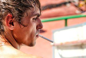 喫煙している男性